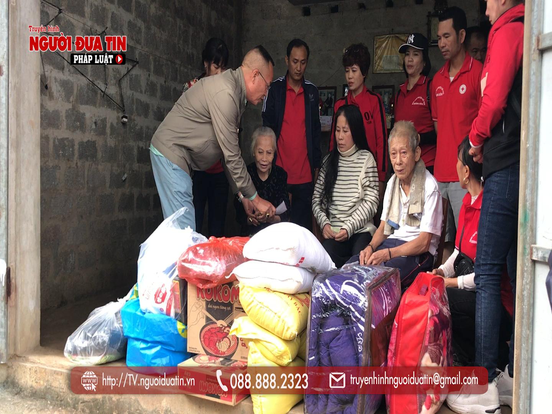 Nhóm thiện nguyện đến tận nhà trao tặng nhu yếu phẩm cùng tiền mặt, nhằm động viên chia sẻ những gia đình có hoàn cảnh đặc biệt khó khăn ở TT Phong Nha (Bố trạch)